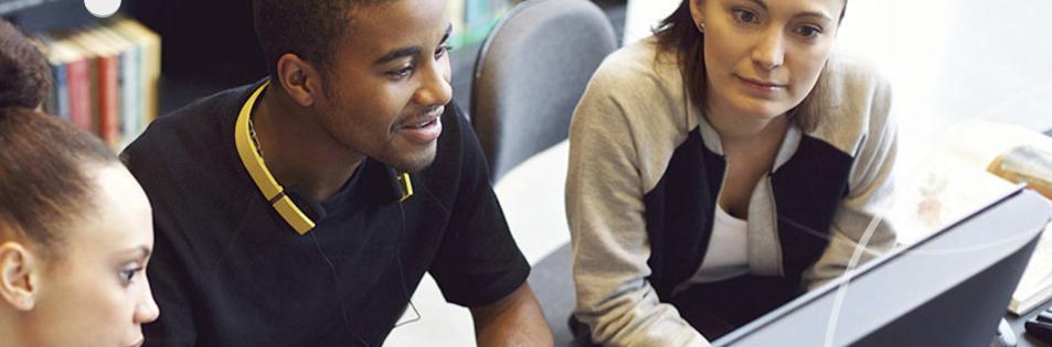 Alumnos trabajando en una computadora
