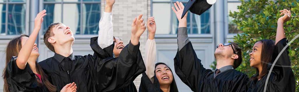 Estudiantes universitarios festejando su graduación